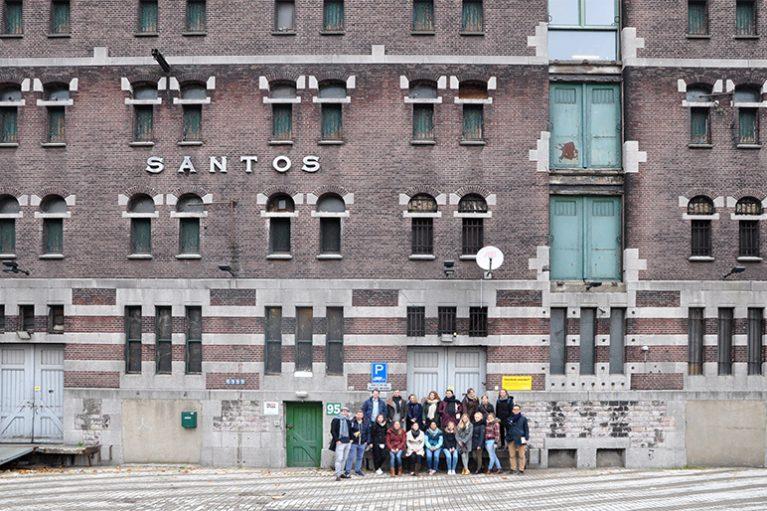 Gruppenfoto der Studierenden vor dem Santos-Gebäude