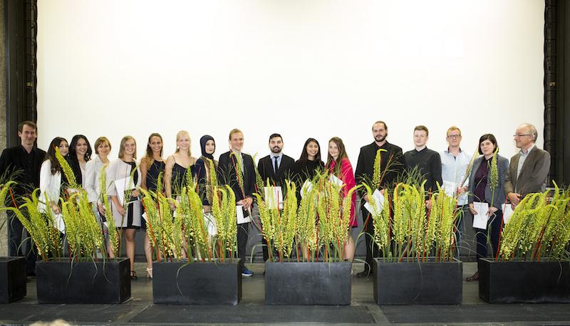 Die Bachelor-Absolventen mit ihren Betreuern auf der Bühne des Karl-Schüssler-Saals