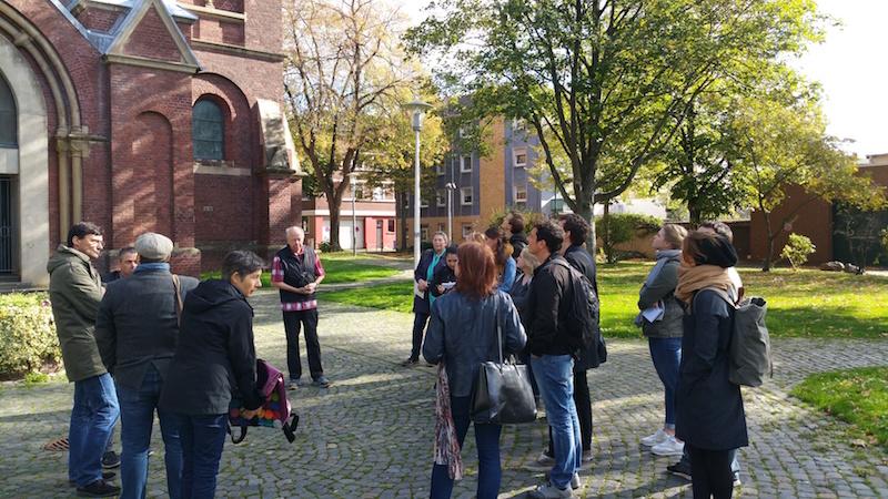 Studierende der Fakultät für Architektur vor einer Kirche in Düren