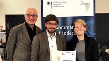 Nach der Preisverleihung mit der Urkunde des BMBF: das Kölner Team des REC²SLP-Projekts