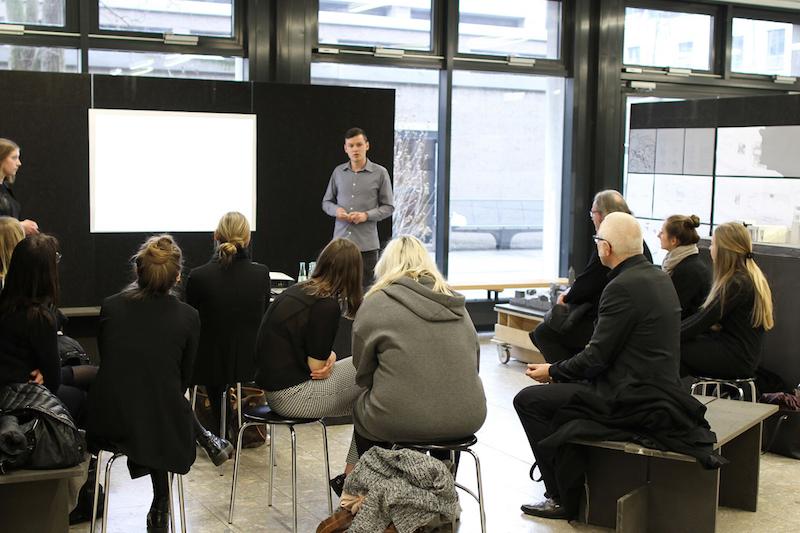 Die Studierenden Antonia Jansen-Winkeln und Maximilian Gerhards bei der Präsentation ihrer Arbeit