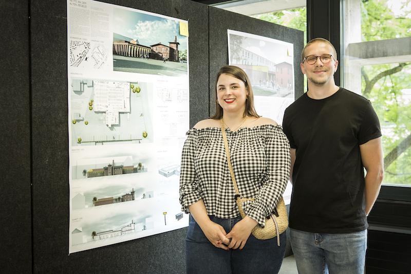 Die Studierenden Johanna Witzel und Julian Lanser vor ihrer Arbeit