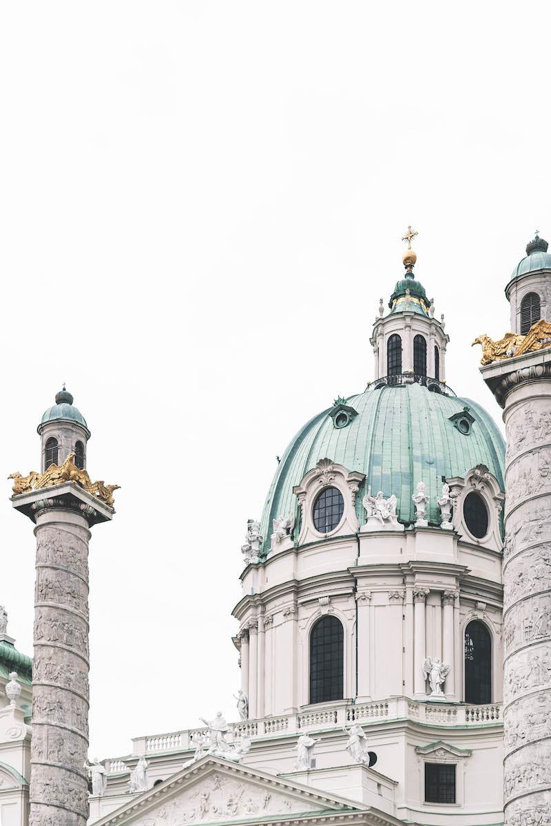 Fassadenausschnitt der Karlskirche Wien
