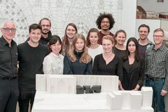 Prof. Jochen Siegmund, Felix Grauer und die Studierenden der Mastervertiefung Corporate Architecture